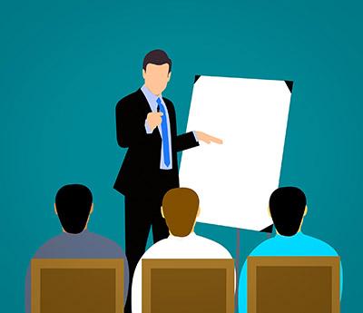 Chef-talar-inför-anställda