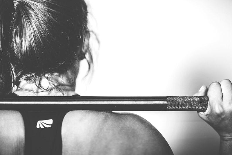 Kvinna-svartvit-gymmet