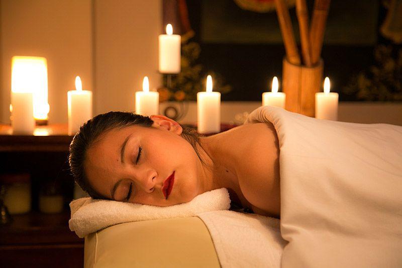 Kvinna-njuter-av-massage