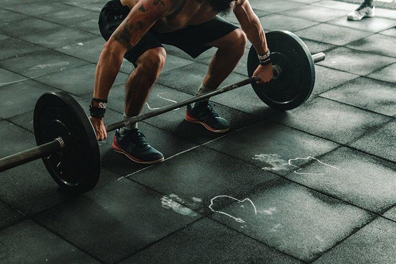 Lyfter-stång-på-gymmet