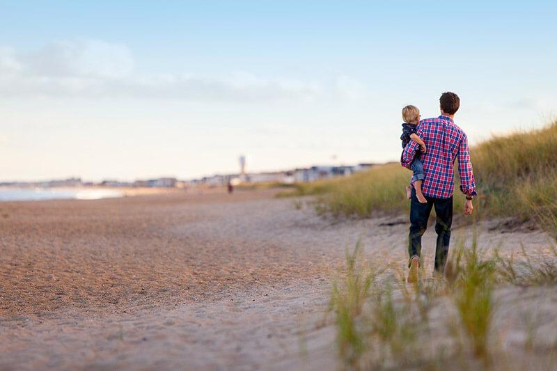 Strandpomenad-med-son