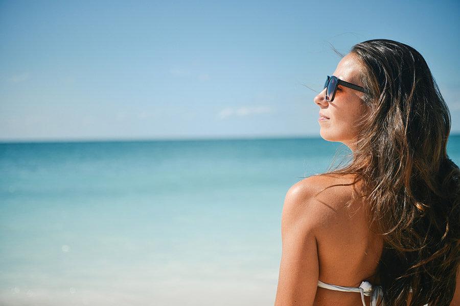 Kvinna-på-stranden