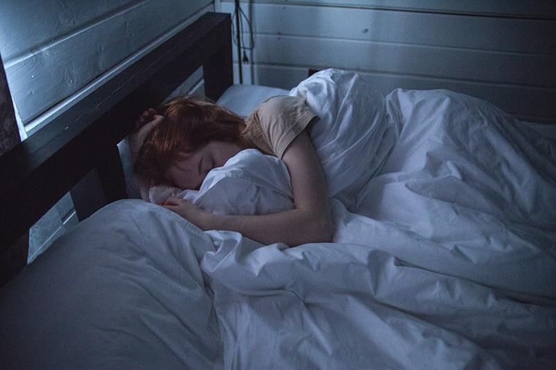 Kvinna-säng